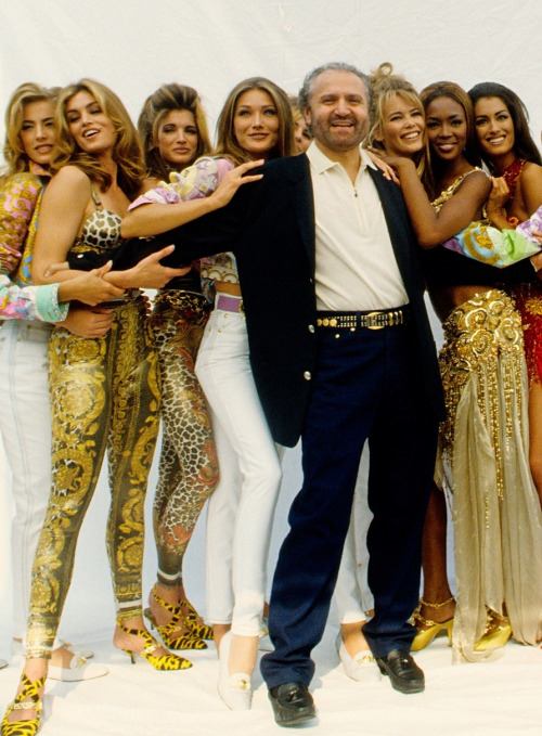 Elaine-Irwin-Cindy-Crawford-Stephanie-Seymour-Carla-Bruni-Claudia-Schiffer-Naomi-Campbell-Yasmeen-Ghauri-with-Gianni-Versace-early-90s